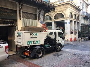 Φόρτωμα μίνι κάδου σε πεζόδρομο στο κέντρο της Αθήνας