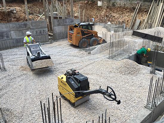 Προμήθεια και διάστρωση χαλικιών σε θεμέλια οικοδομής και συμπύκνωση τους