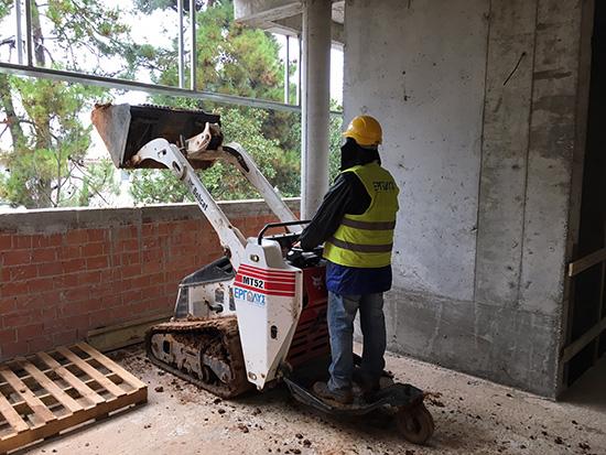 Γέμισμα ζαρντινιέρας με κηπευτικό χώμα με χρήση μίνι φορτωτάκι μέσα από το κτίριο